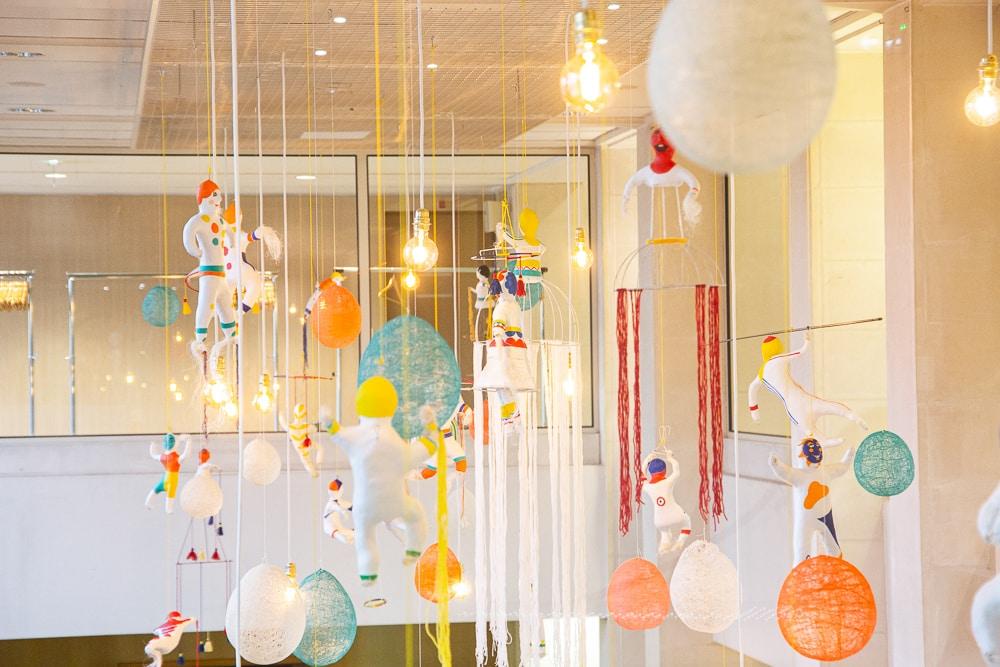 Installation Joyeuse Ronde dans le hall de l'hôtel du département de Loire-Atlantique - décembre 2019